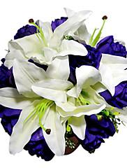 Magnifique bouquet dfe lys blancs et de roses bleu royal