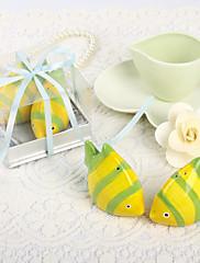 Krásné žluté ryby ve tvaru keramické sůl a pepř šejkry