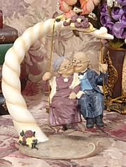 primeros de la torta felices parejas viejos juegan en el adorno de torta columpio