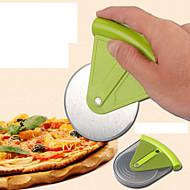kolo pizza koláč je vyříznut z nerezové oceli nůž náhodnou barvu