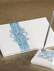 défilement sarcelle livre d'or de mariage et un stylo mis en blanc signe de satin dans le livre