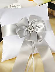 anello bianco cuscino di raso con fascia argento e peal