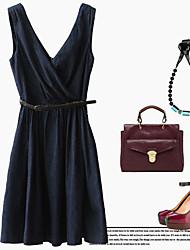 V-образным вырезом платья Жан