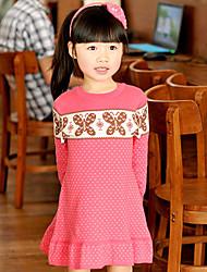 Vestido del patrón de mariposa de la muchacha