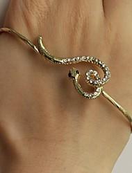 женская красивая прекрасный небольшой рисунок змея ладони браслет