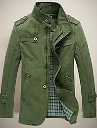 leitin homens estande colar tudo combinando casaco cor sólida