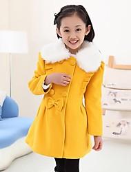 Mädchen Winter tragen schönen Bogen zweireihigen Mantel Kunstpelzkragen warmen Mantel