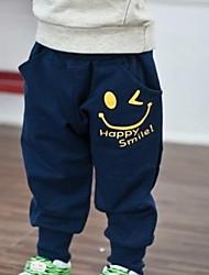 cartoon sorriso pantaloni di sport del ragazzo