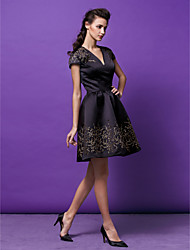 Coquetel / Festa da Empresa / Festa de Família Vestido Linha A / Princesa Decote V Curto / Mini Cetim com Estampa