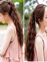 charmante brune taco extensions de cheveux de prêle