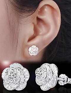 Beszúrós fülbevalók Ezüst Flower Shape Ezüst Ékszerek Mert Esküvő Parti Napi 2pcs