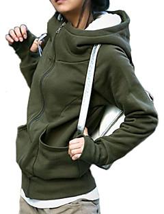 女性の厚いパーカーコート