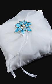oreiller anneau de mariage en satin lisse avec une fleur en métal bleu